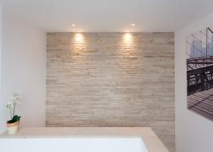 Naturstein Wand mit Verblendern
