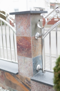 Moderner Zaun mit Fliesen und weißen Kieselsteinen